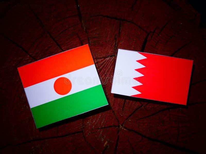 Niger flaga z bahrajn flaga na drzewnym fiszorku odizolowywającym obraz royalty free