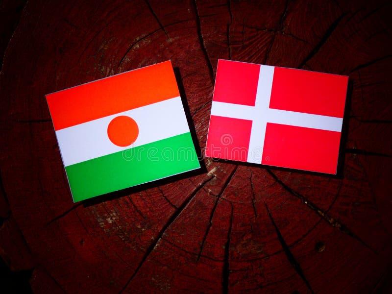 Niger flaga z Duńską flaga na drzewnym fiszorku odizolowywającym obrazy stock