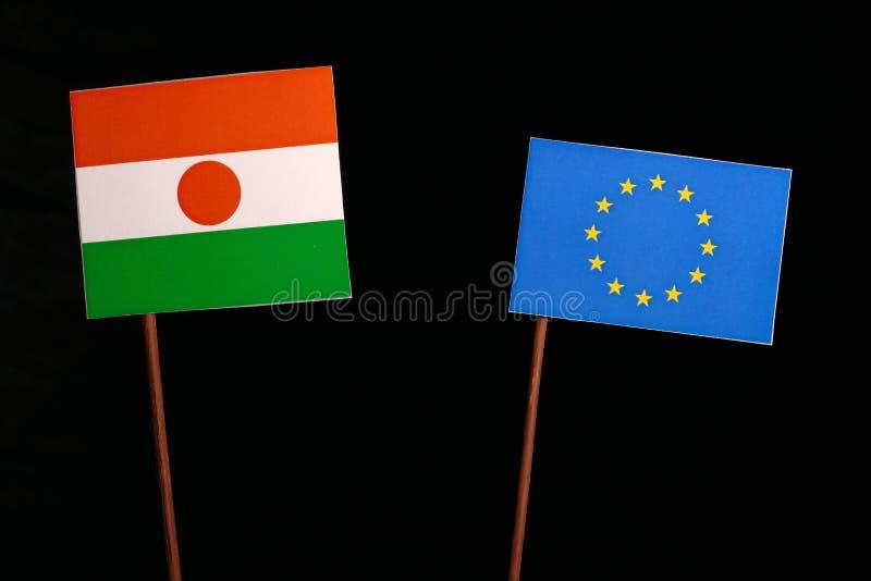 Niger flaga z Europejskiego zjednoczenia UE flaga na czerni obrazy stock