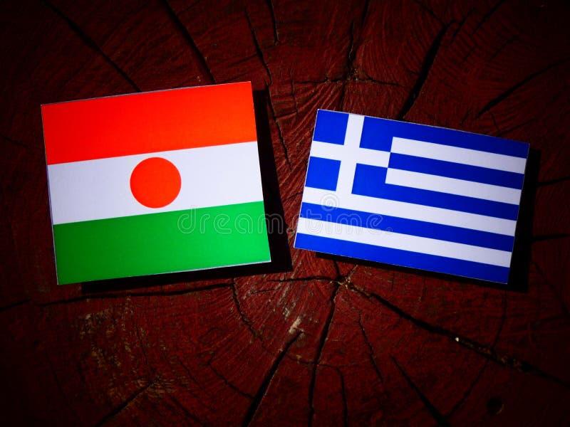 Niger flaga z grek flaga na drzewnym fiszorku odizolowywającym obraz royalty free