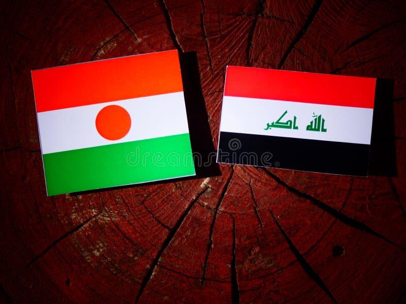 Niger flaga z irakijczyk flaga na drzewnym fiszorku odizolowywającym obraz royalty free