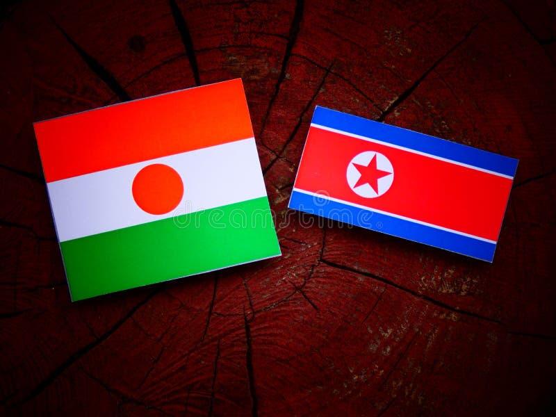 Niger flaga z koreańczyk z korei północnej flaga na drzewnym fiszorku zdjęcia royalty free