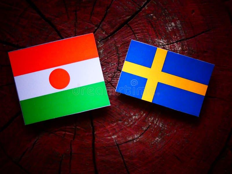 Niger flaga z szwedami zaznacza na drzewnym fiszorku zdjęcie royalty free