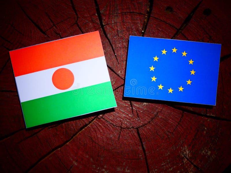 Niger flaga z UE flaga na drzewnym fiszorku odizolowywającym zdjęcie stock