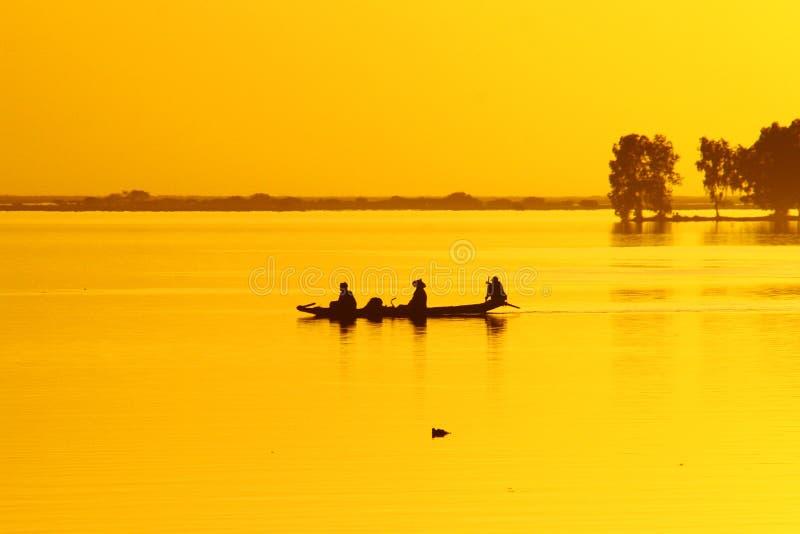 niger pirogueflod royaltyfria bilder