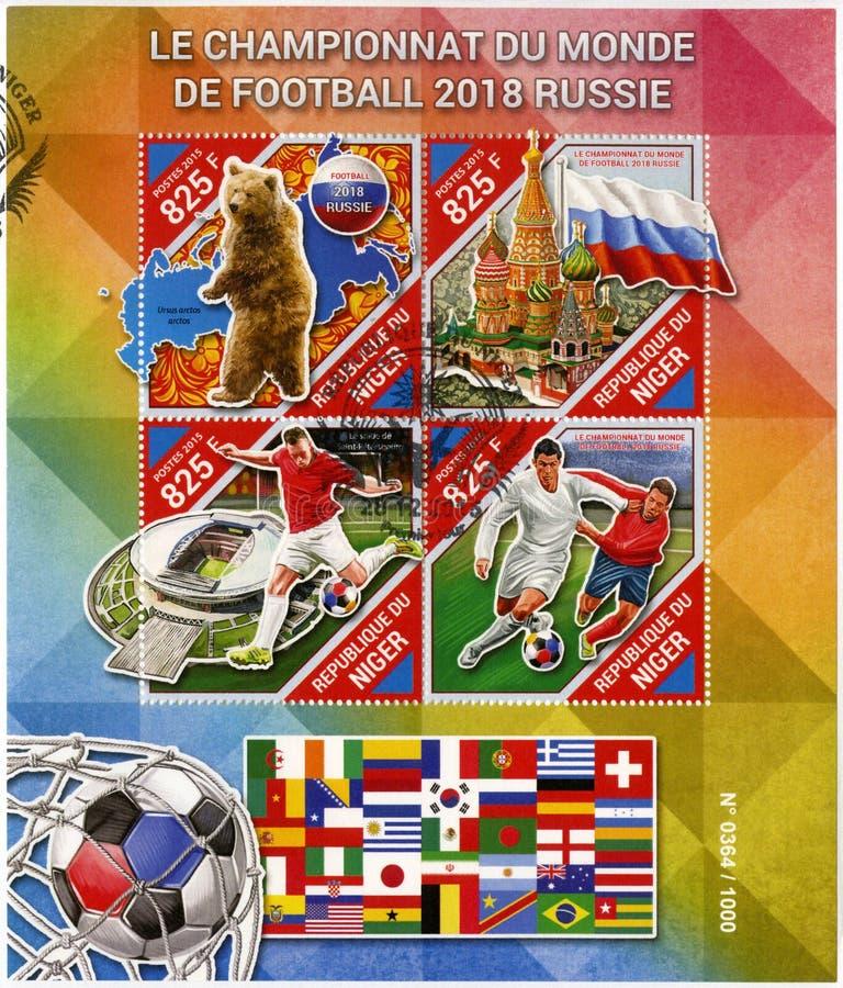 NIGER - 2015: pokazuje futbolisty, Moskwa, niedźwiedź, 2018 Futbolowych puchar świata Rosja obrazy stock