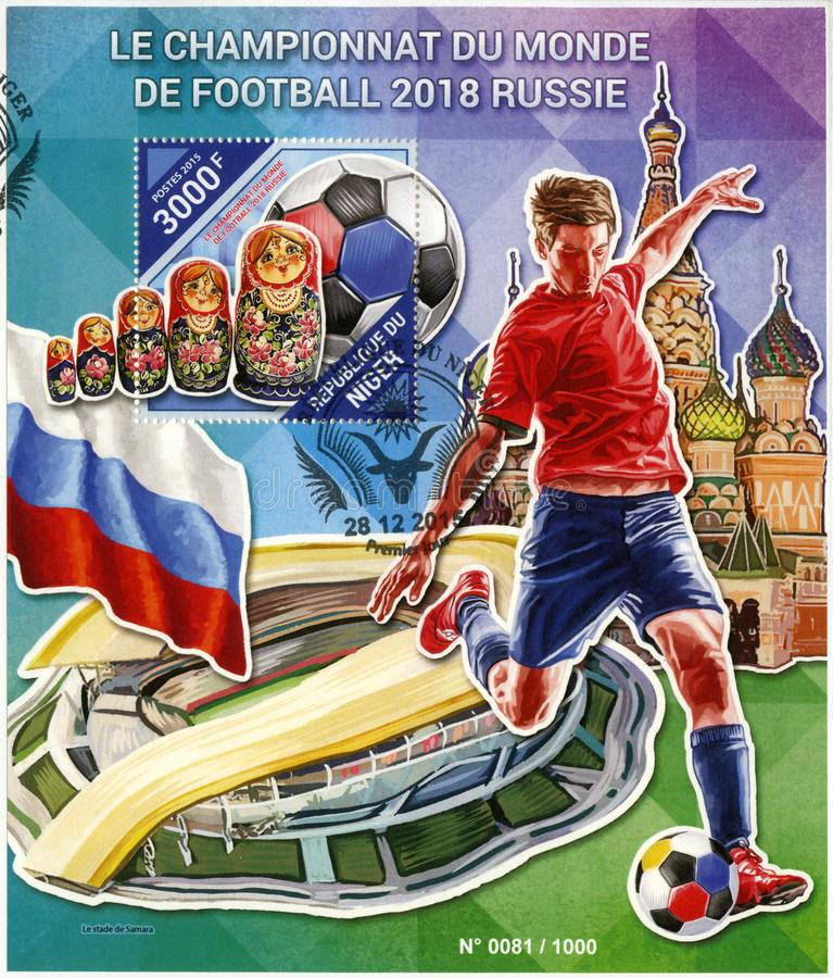 NIGER - 2015: przedstawienie futbolista i matreshka, 2018 Futbolowych puchar świata Rosja zdjęcia stock