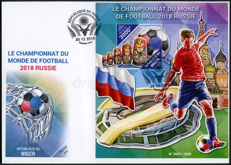 NIGER - 2015: przedstawienie futbolista i matreshka, 2018 Futbolowych puchar świata Rosja obrazy stock