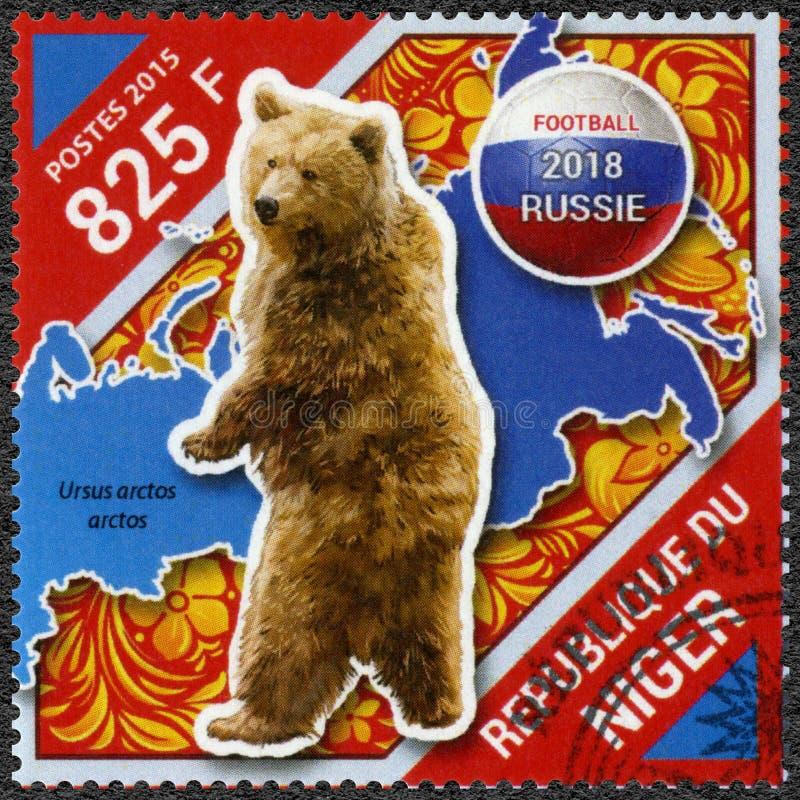 NIGER - 2015: visar björnen, fotbollvärldscupen 2018 Ryssland arkivfoton