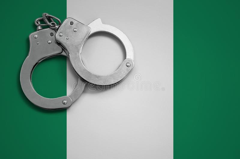 Nigeria polici i flaga kajdanki Pojęcie przestępstwo i przestępstwa w kraju fotografia royalty free