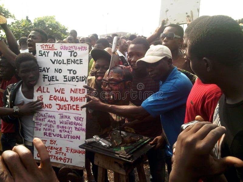 Nigeriaanse de verwijderingsprotesteerders van de brandstofsubsidie in Ojota stock foto's