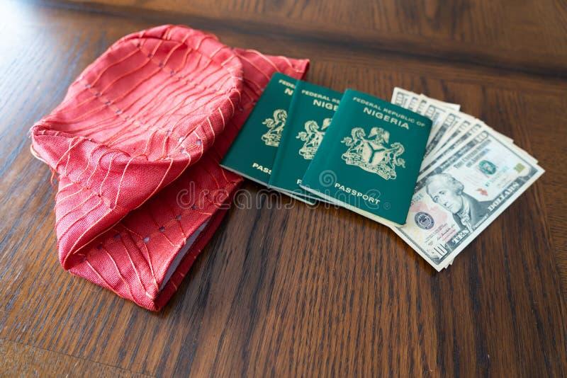Nigeriaanse Fila-hoed met Nigeriaanse Paspoort en van Verenigde Staten Dollars royalty-vrije stock foto