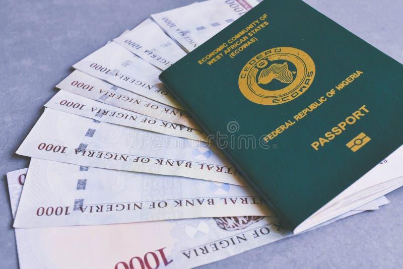 Nigerian tausend Nairaanmerkungen über nigerischen Pass lizenzfreie stockfotos