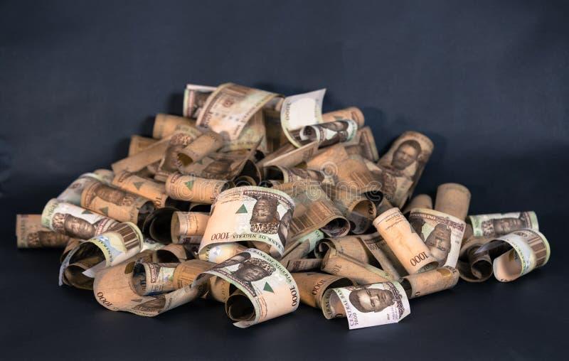 Nigerische Währung - ein Haufen von Nigeria-Nairaanmerkungen stockbilder