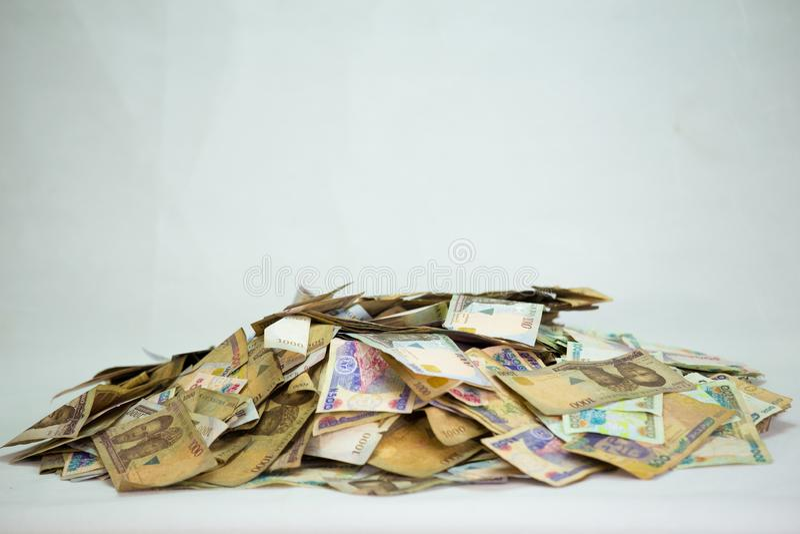 Nigerische Währung - ein Haufen von Nigeria-Nairaanmerkungen stockfotos