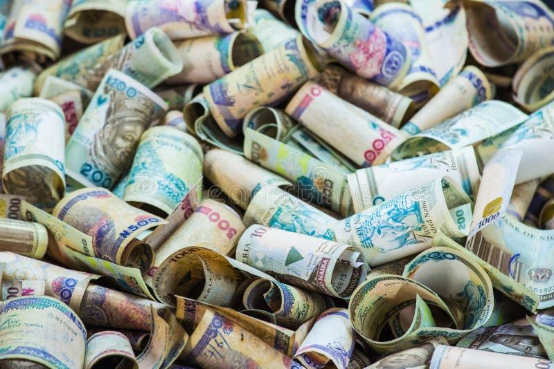 Nigeryjska waluta - rozsypisko Nigeria naira notatki obraz stock