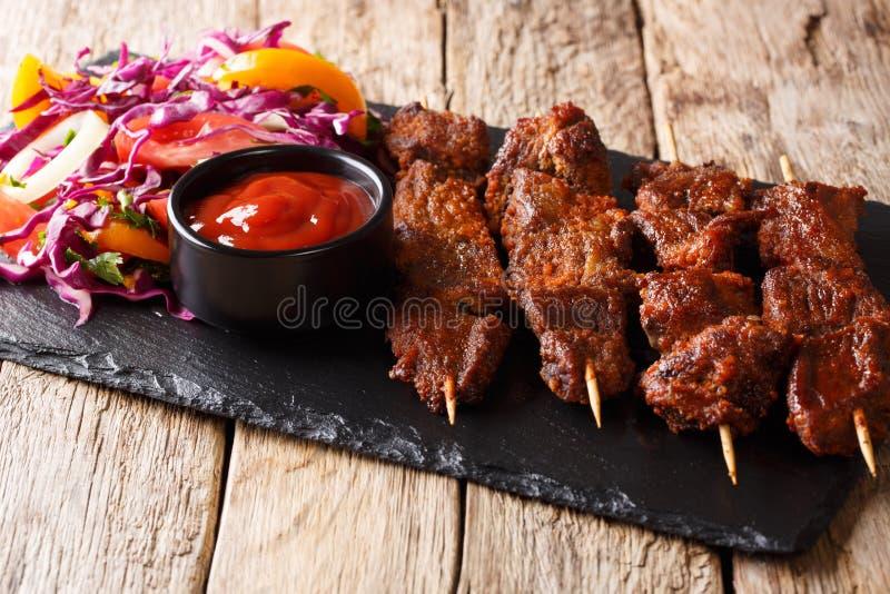 Nigeryjski grill: suya na skewers z świeżego warzywa sałatką zdjęcia stock