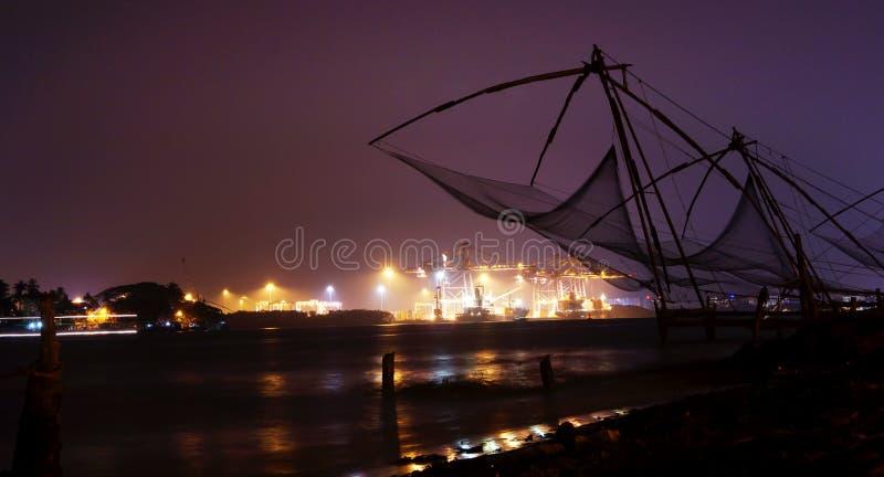 Nighscape de las redes de pesca chinas imágenes de archivo libres de regalías