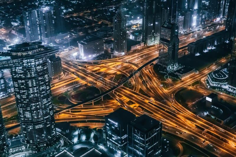 Night Dubai śródmieścia skyline z dachu z dużym skrzyżowaniem dróg, Dubaj, Zjednoczone Emiraty Arabskie obraz stock