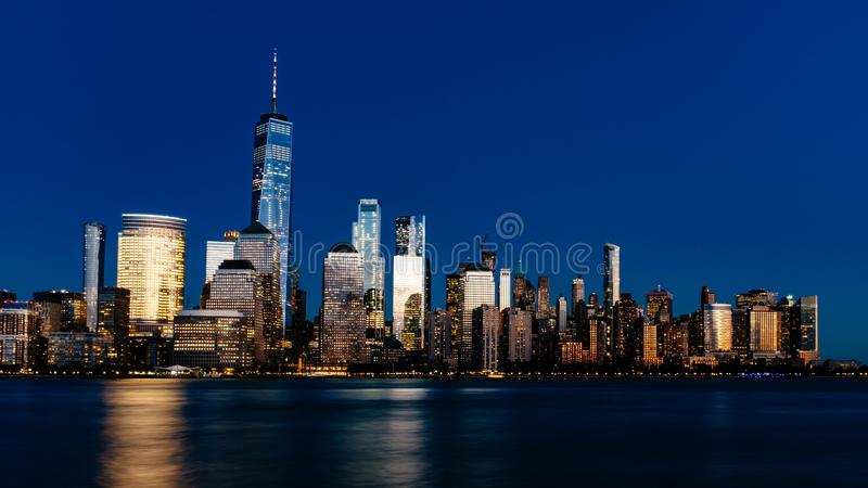 Night view of skyline of downtown Manhattan over Hudson River un stock photography