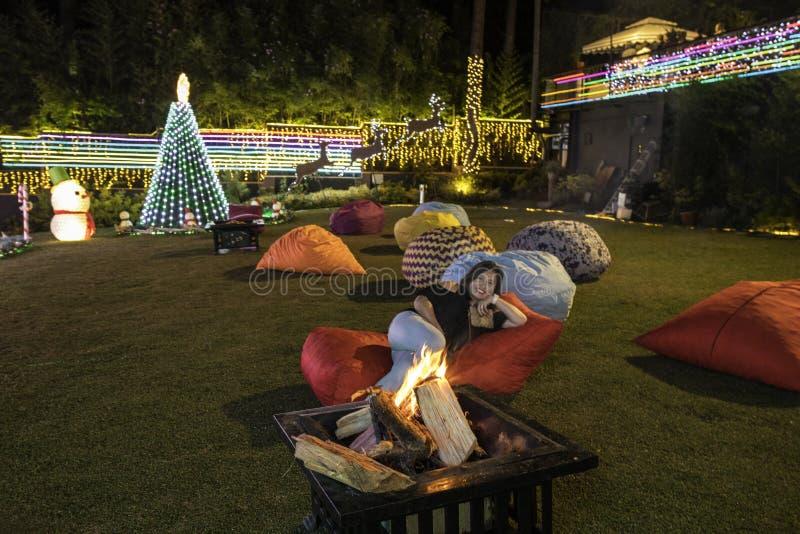 Nightby le feu de camp dans un jardin d'hôtel avec de grands sacs à haricots photographie stock