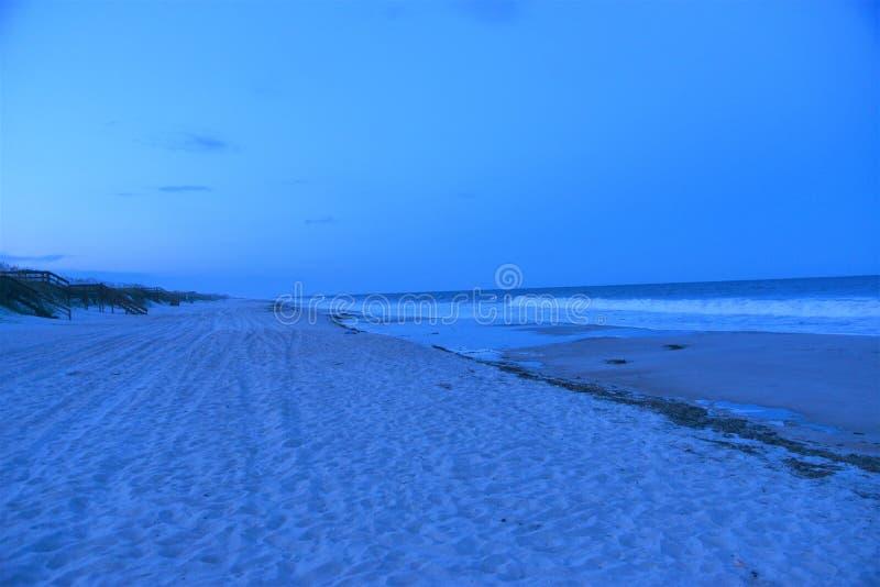 Nightime på stranden kommer med en annan värld av skönhet arkivfoton