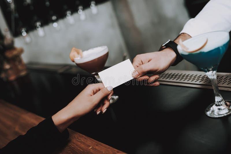nightlife barman pago muchachas cocteles siéntese fotografía de archivo