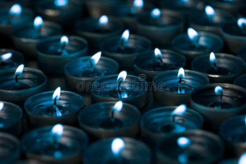 nightlight Bougies allumées de lumière de thé la nuit avec de l'argent bleu image libre de droits
