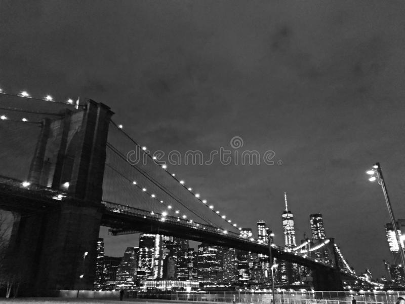 Nightlight preto e branco da ponte de New York City Brooklyn fotos de stock
