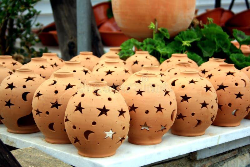 Nightlights Брауна керамические с отверстиями звезды и луны сушат outdoors Крит Греция стоковая фотография