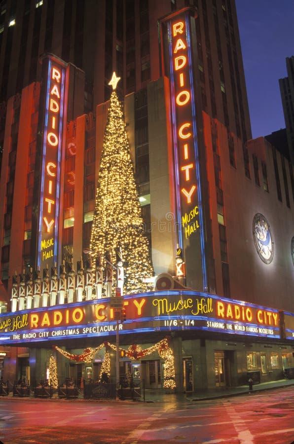 Nightlights y reflexión roja de radio teatro de variedades la ciudad en Manhattan, NY con las luces de la Navidad fotografía de archivo