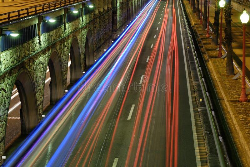Nightly stadstrafikljus royaltyfria bilder