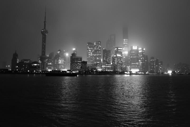Nightscape бунда с туманом или туман покрывают бунд в сезоне зимы, фарфор Шанхая, черный белый тон стоковые изображения
