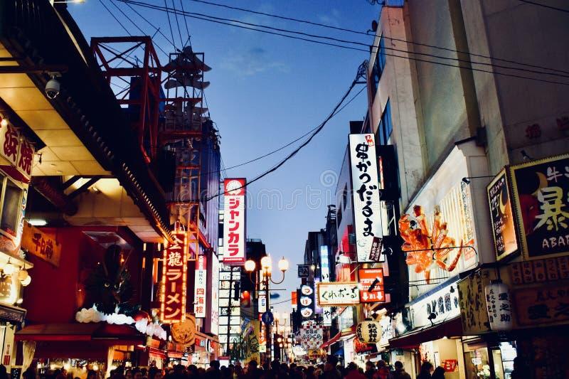 Nightscape 2018 av gatan för Shinsaibashi shoppingaffär, Osaka Japan arkivbilder