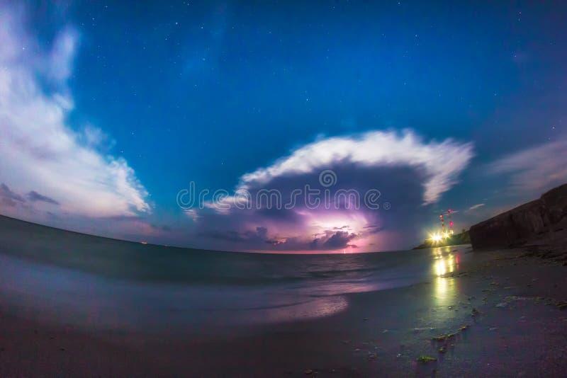 Nightscape bonito com nuvens e raios de tempestade sobre o Mar Negro imagens de stock