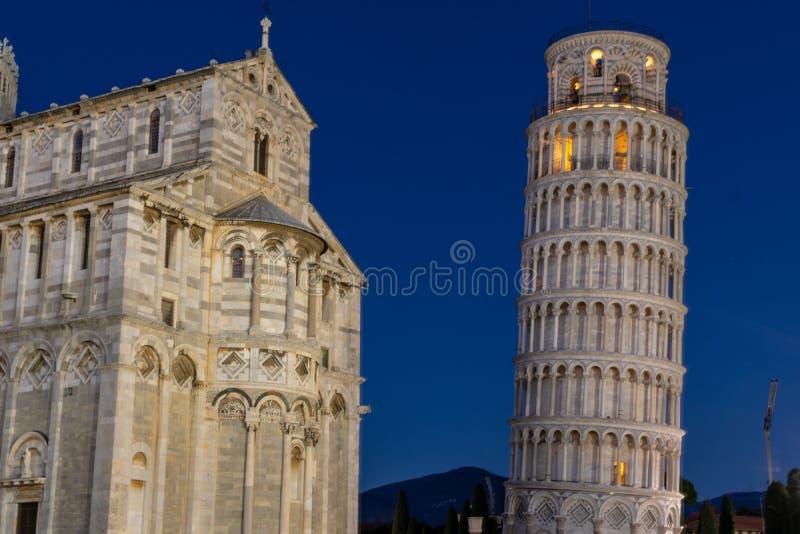 Nightscape de la cathédrale de Pise et de la tour penchée légendaire photographie stock libre de droits