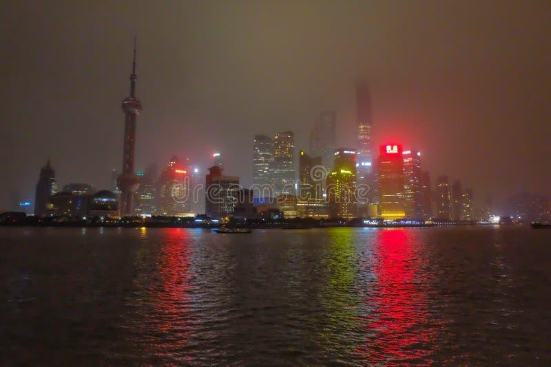 Nightscape de la Federación con la niebla o la niebla cubre la Federación en la estación del invierno, China de Shangai, tono bla foto de archivo