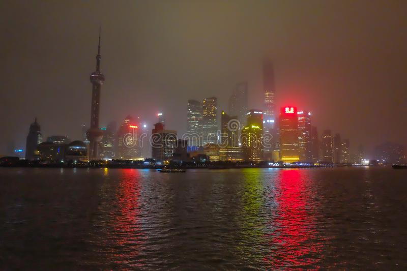 Nightscape della diga con la nebbia o la foschia copre la diga nella stagione invernale, porcellana di Schang-Hai, il tono bianco fotografia stock
