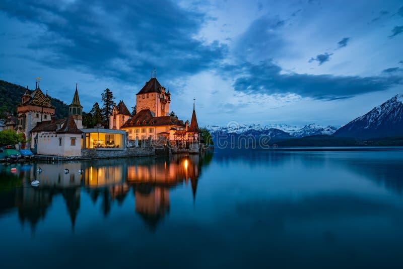 Nightscape di stupore del castello di Oberhofen sul lago Thun, Svizzera fotografia stock libera da diritti