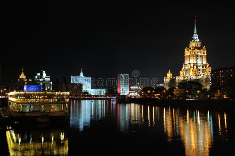 Nightscape esplêndido da cidade de Moscou no rio de Moskva fotografia de stock