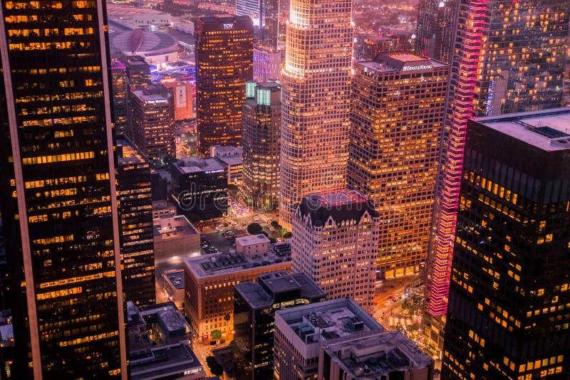 Nightscape p? den h?gsta punkten i i stadens centrum Los Angeles arkivbilder