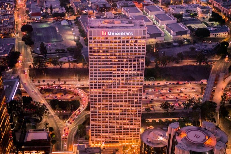 Nightscape p? den h?gsta punkten i i stadens centrum Los Angeles royaltyfri bild