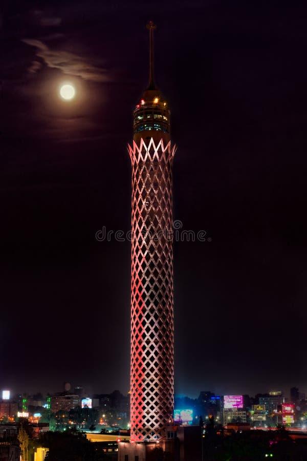 Nightscape sköt för månen över Kairotorn med egyptiska flaggafärgljus i Egypten royaltyfri fotografi