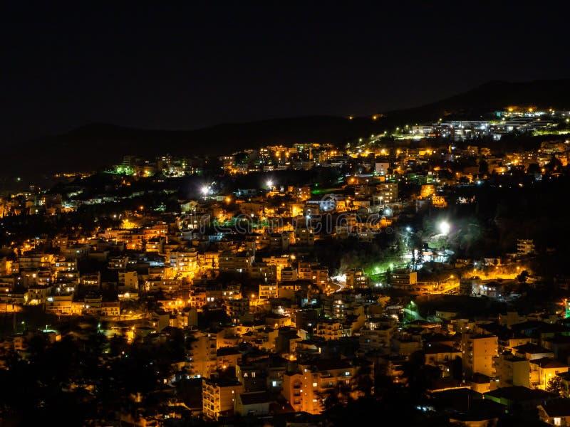 Nightscape strzał na przegapiającym Kavala, Grecja fotografia stock