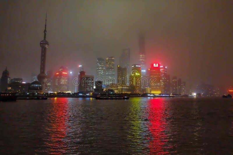Nightscape van de dijk met de mist of de mist behandelt de dijk in de wintertijd, Shanghai China royalty-vrije stock foto