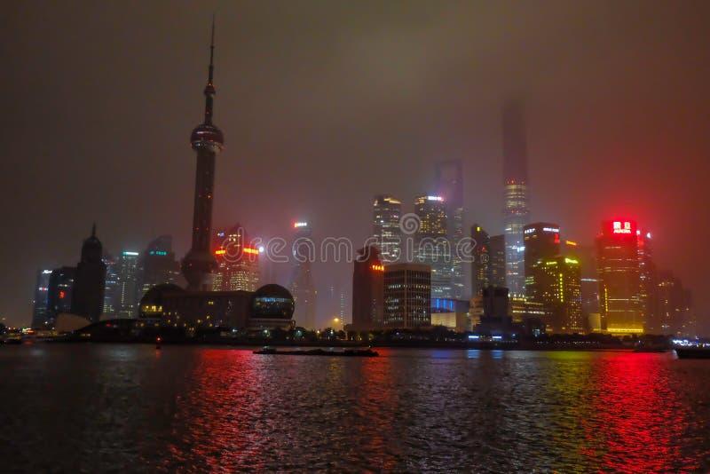 Nightscape van de dijk met de mist of de mist behandelt de dijk in de wintertijd, Shanghai China stock foto