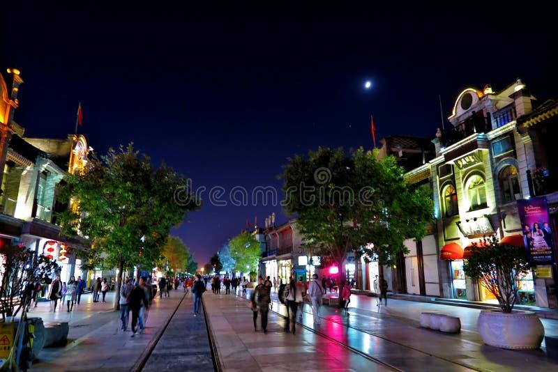 Nightscapen av den Qianmen gatan i Peking royaltyfri fotografi