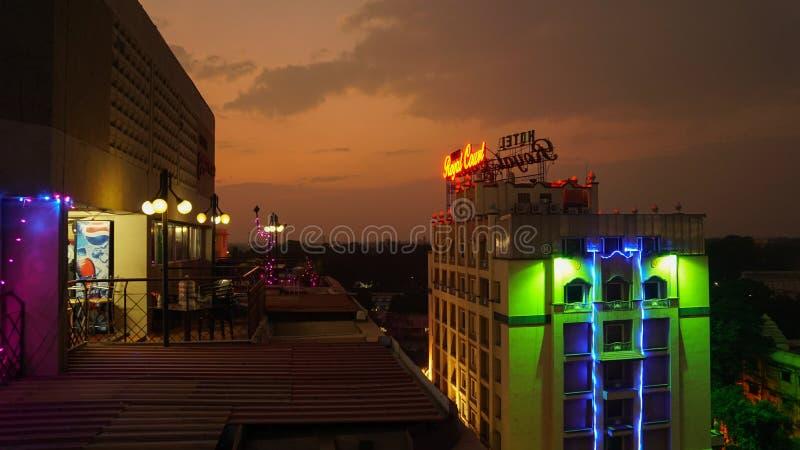 Nightscene med locket upp byggnader i Madurai, Indien fotografering för bildbyråer