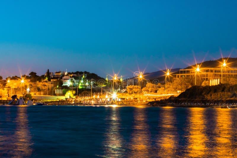 Nightscene-Stadt an der Küste stockfoto