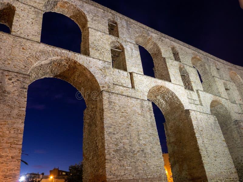 Nightshot antyczny Romański akwedukt w mieście Kavala, Grecja - fotografia stock
